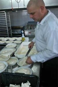 El maestro quesero en plena faena de hacer Queso Guayanés