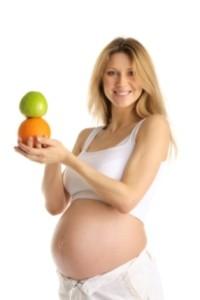 La mujer embarazada debe cuidar su alimentación.