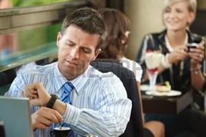 hombre esperando en mesa