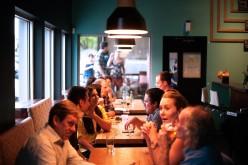 Americanos gastan más en restaurantes que en supermercados