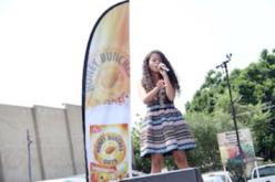 """Alondra Santos es  reconocida por la campaña """"Voces con Dedicación de Honey Bunches"""""""