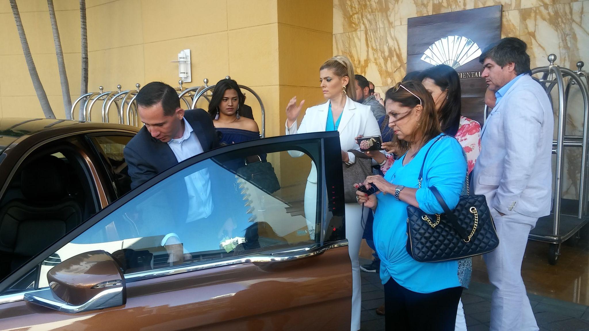Un grupo de comunicadores de Miami reciben intrucciones antes de realizar la prueba de manejo