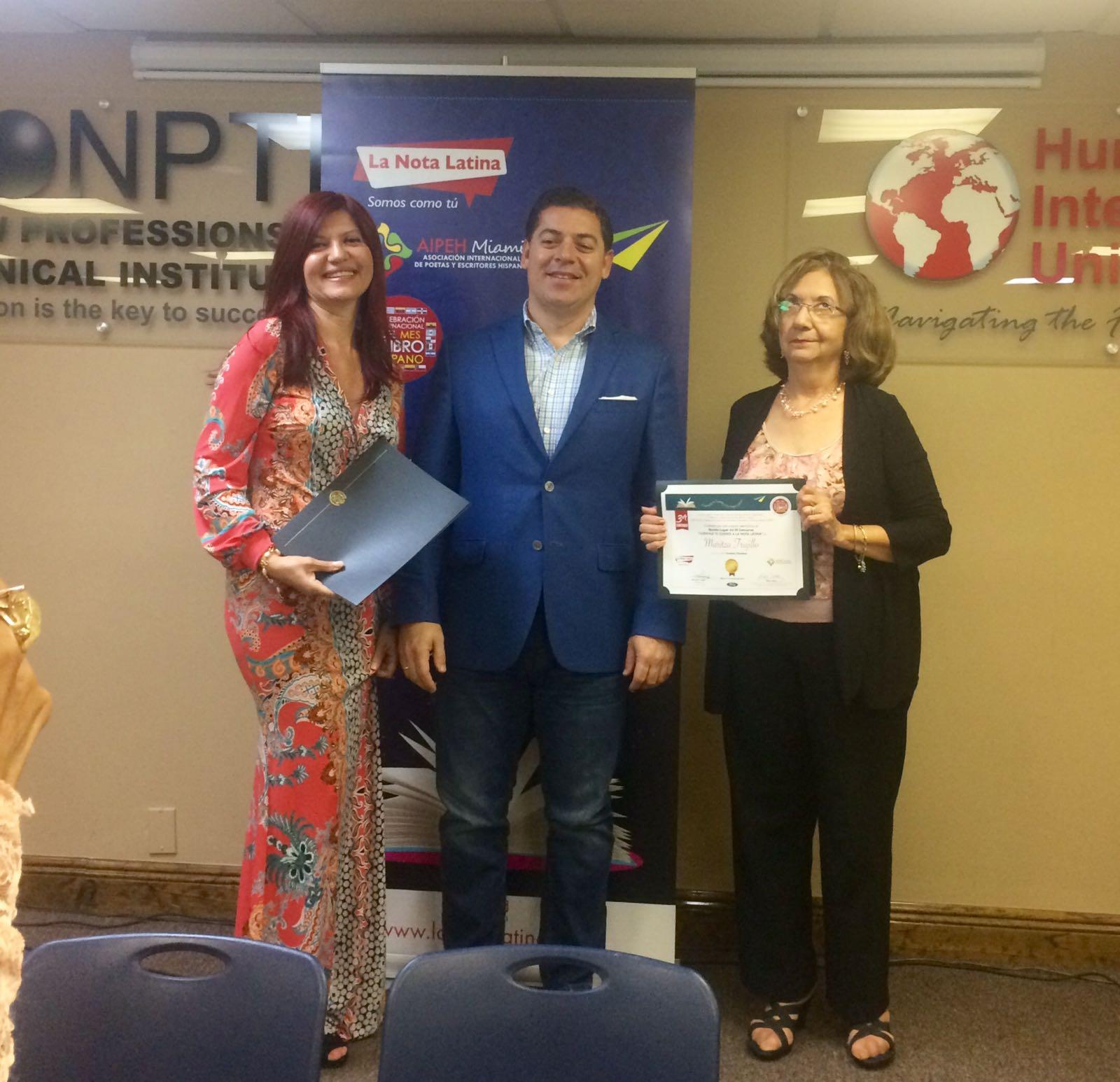 """Maritza Trujillo recibe reconocimiento por su cuento """"Cambios Climaticos"""", entregado por Carlos Montes de Oca, director de Humbolt University."""