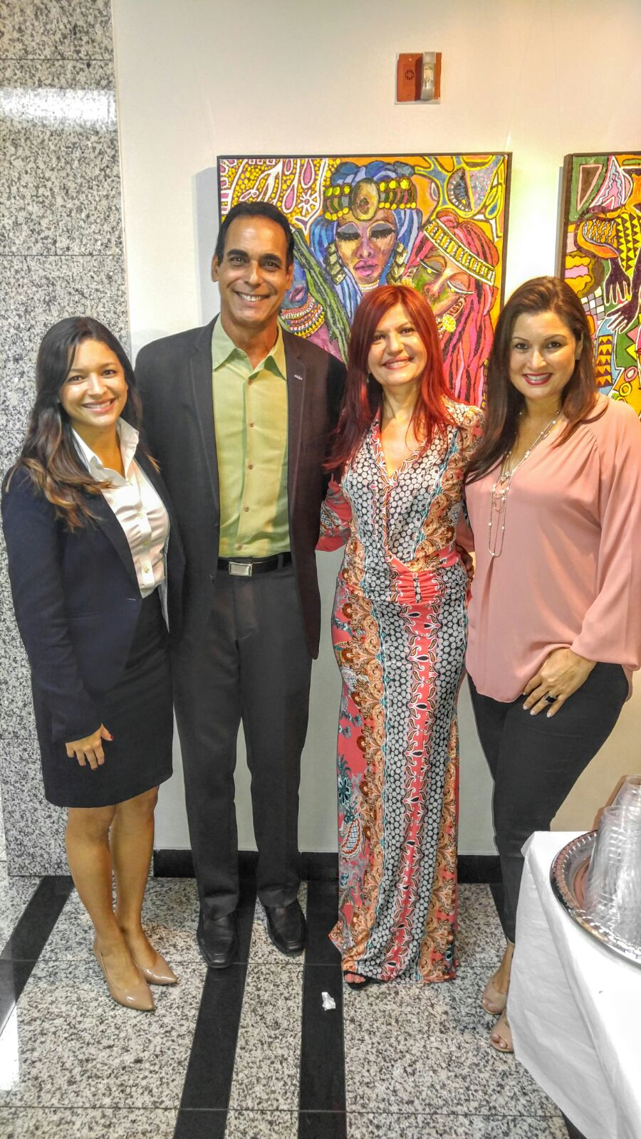Albert Collazos, director de medios Hispanos de la Ford, acompañado por Maria Antonieta y Maria José Hernández de Community Networker y de Marybel Torres.