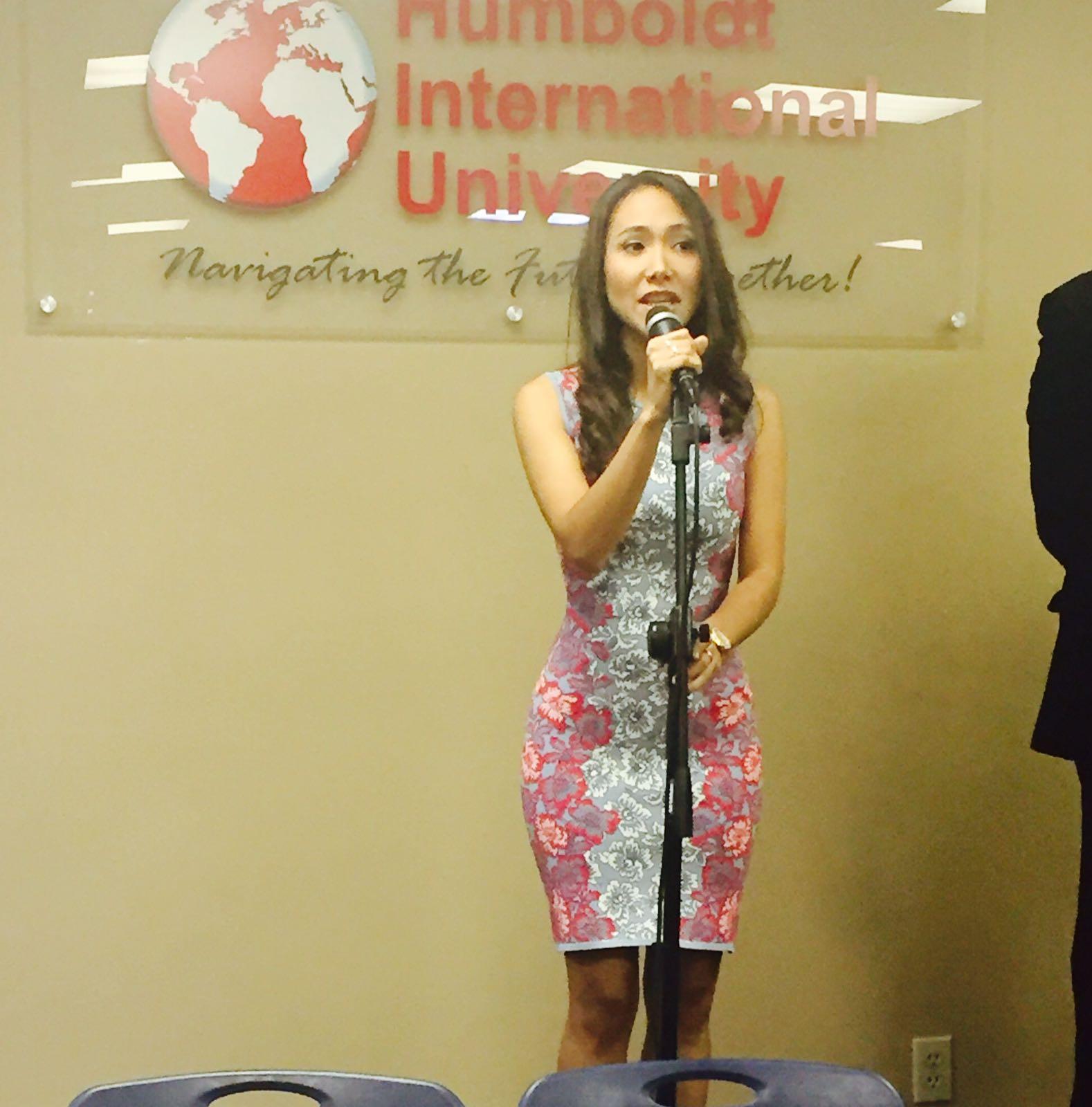 La cantante Verónica Herrera de la prestigiosa academia MM Vocal Coach, interpretó las gloriosas notas del himno nacional de los Estados Unidos.