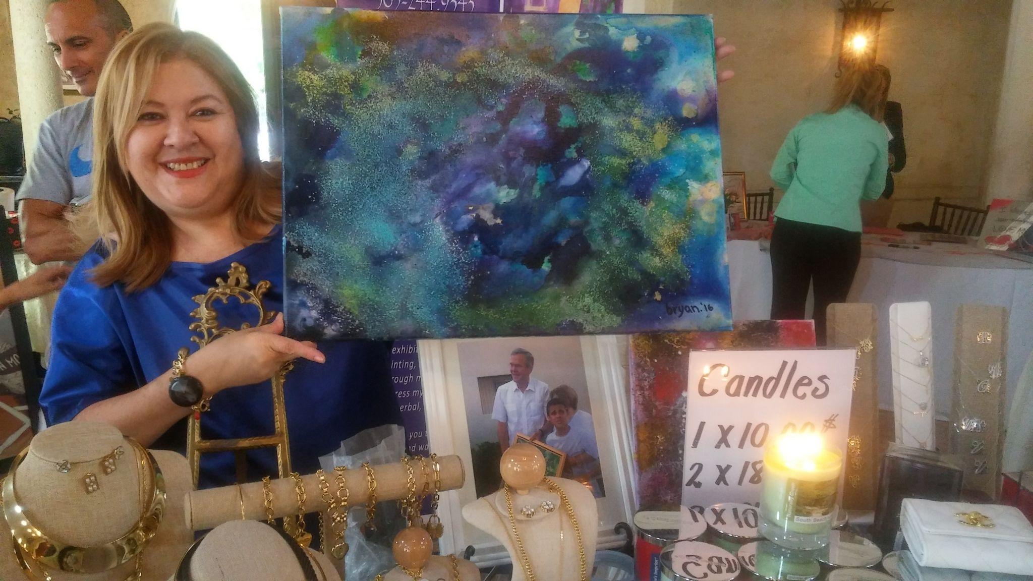 Roxana muestra una de las obras de Bryan.
