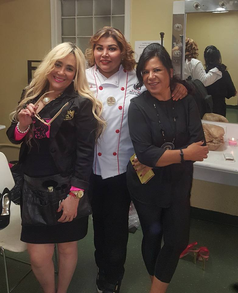Antes de iniciar el show las también patrocinadoras del certamen Marisol Casola de La_Per Beauty Salon, la chef Mariline Villa y la maquilladora Mercedes Medina
