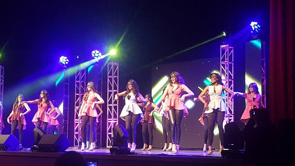 Las concursantes del Chica Venezuela USA durante una coreografía.