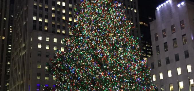 El árbol de Navidad en el Rockefeller Center ya ilumina a Nueva York