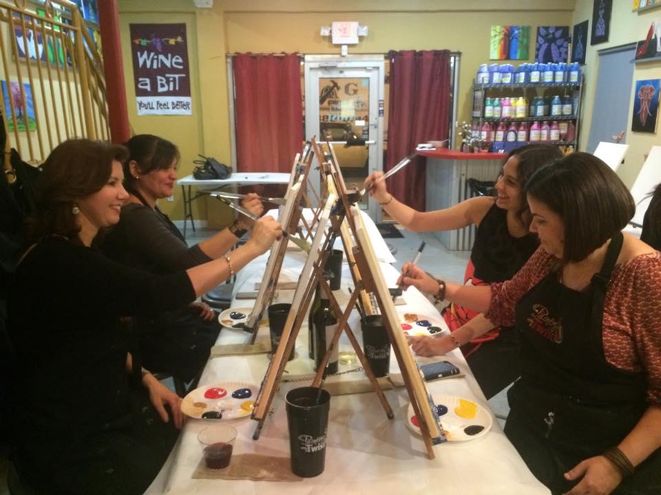 Claudia Santa Cruz, en momentos de creatividad con su equipo de trabajo.