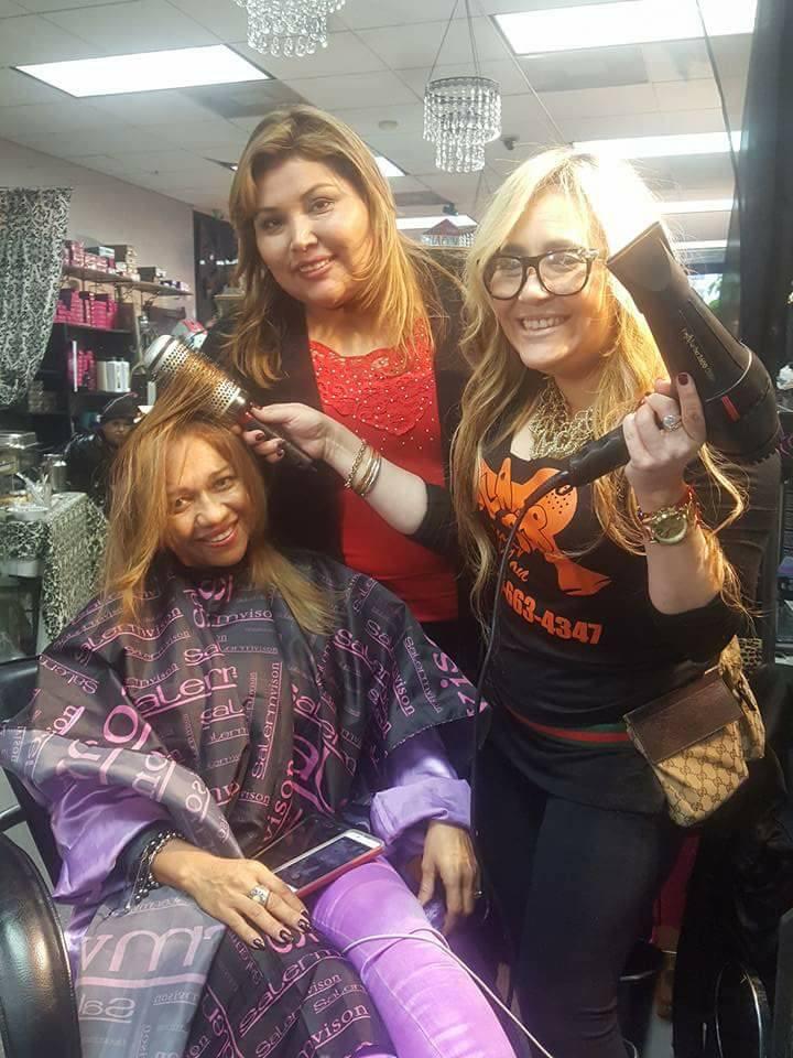 Leida Álvarez disfruta de su secado realizado por Marisol Casola y en compañía de Mariline Villa.
