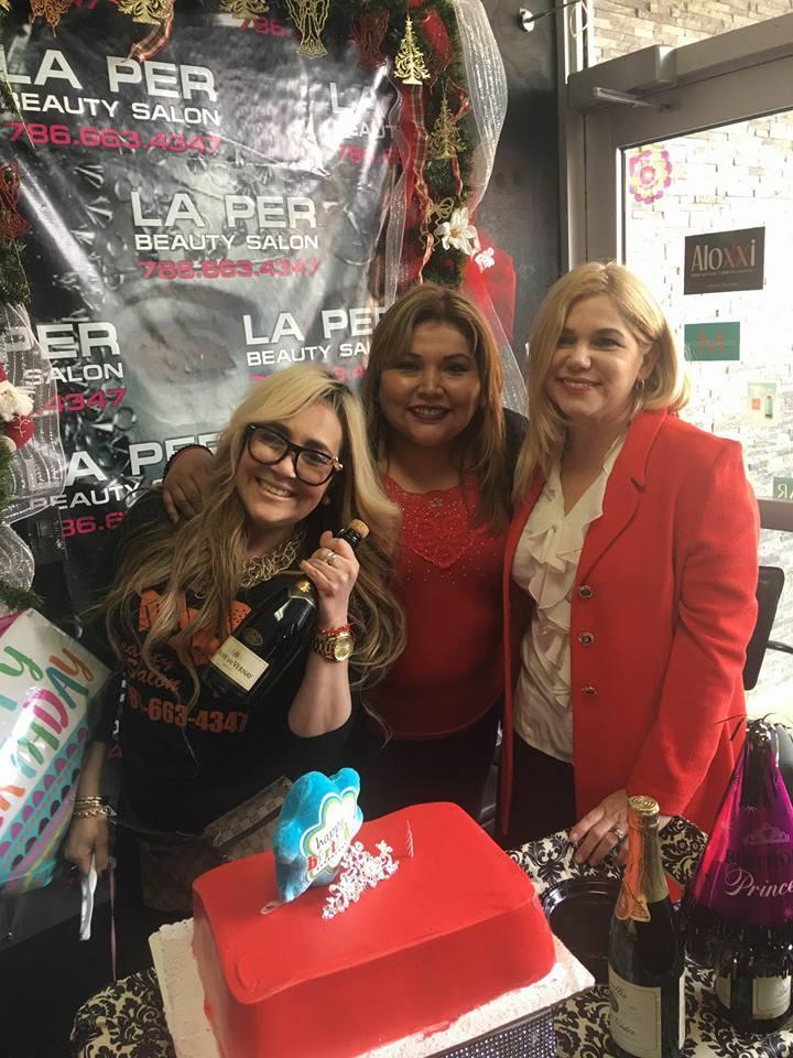 Mariline Villa, acompañada de Marisol Casola, propietaria de La Per Beauty Salon y