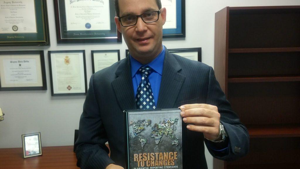 """El doctor Edel Lemus muestra su libro"""" """"Resistence to Changes"""""""