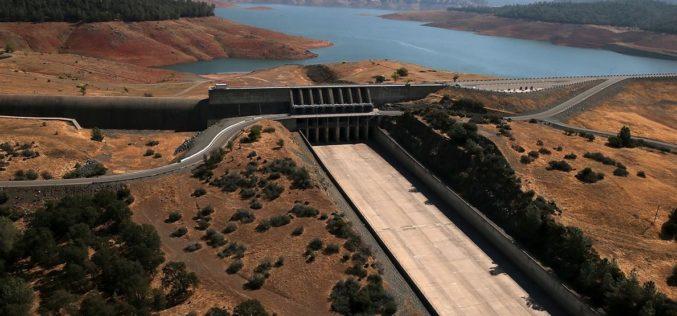 Miles de evacuados en California ante el temor de ruptura en la presa Oroville