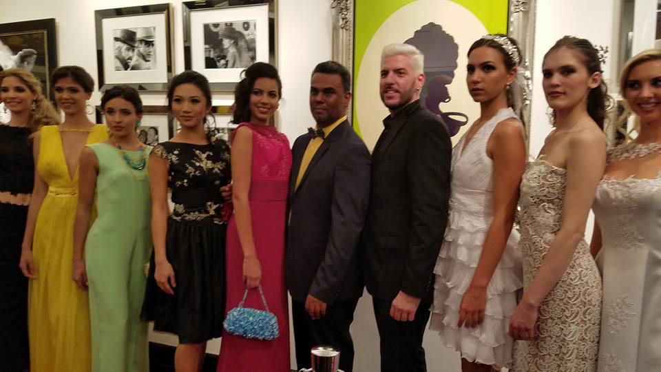 Los directores de Fashion for a Causes's y el grupo de modelos que participaron en el evento.