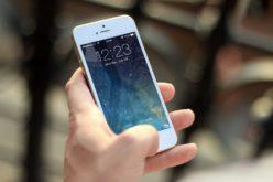 Agentes fronterizos revisan los dispositivos móviles de viajeros