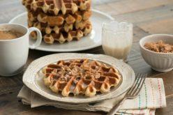 Waffles de cereal de canela con glaseado de leche