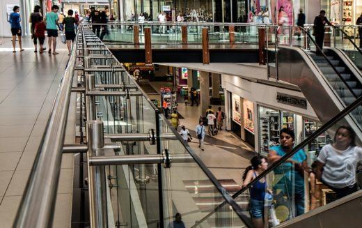 ¿Por qué los hispanos en EE.UU. están comprando menos?